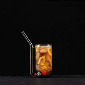 Trinkglas mit integriertem Trinkhalm