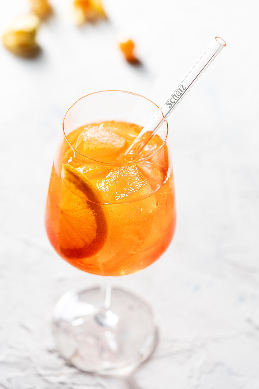 Individuell bedruckter Glastrinkhalm mit Kosenamen in Weinglas gefüllt mit Aperol
