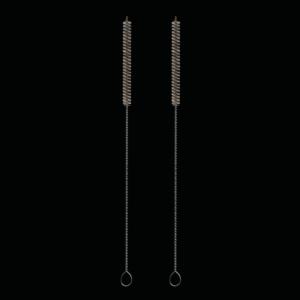 Zwei Reinigungsbürsten für Glastrinkhalme vor schwarzem Hintergrund