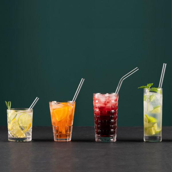 Glastrinkhalme in verschiedenen Längen in Gläsern