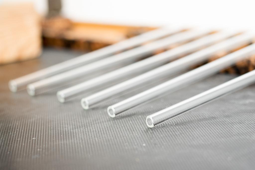 Wiederverwendbare Trinkhalme aus Glas im Detail